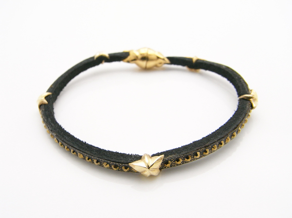 .LEATHER BRACELET WITH STARS.