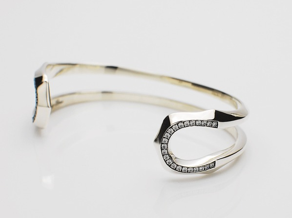 W HORSESHOE BANGLE